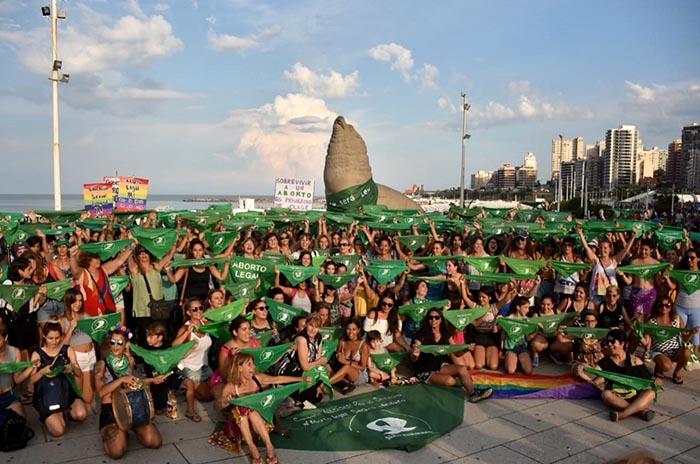 Un pañuelazo por el Día de Acción Verde por el Derecho al Aborto