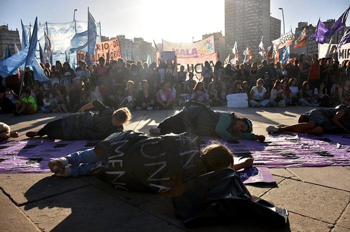 """Movilización y arte de mujeres """"contra el Estado femicida"""""""