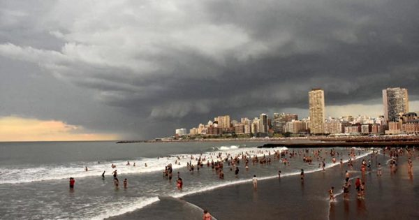 La lluvia y el alerta terminaron con la tarde de sol y playa