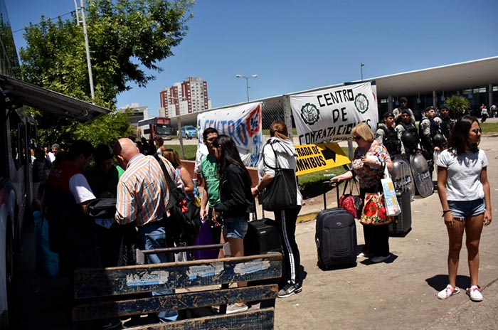 Terminal: maleteros denuncian constantes aprietes por reclamar