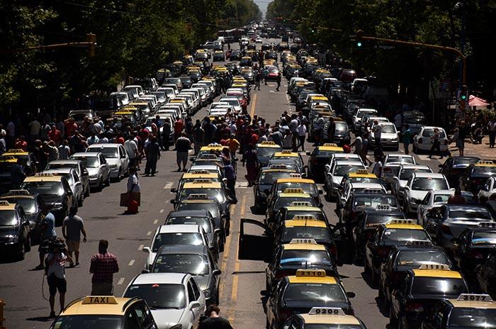 Imponente corte de taxis y remises en contra de la llegada de Uber