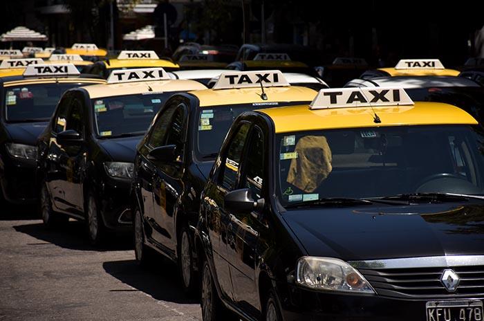 Taxis: el aumento de tarifa espera informes del Ejecutivo