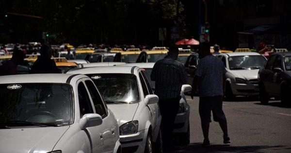 """Remises contra Uber: """"El transporte ilegal afecta al usuario"""""""