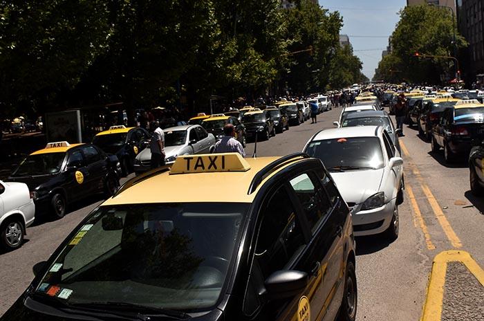 Taxis y remises: aprobaron la suba de la ficha a $5 y la bajada de bandera a $75