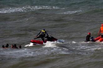 Importante operativo de rescate de bañistas en La Perla