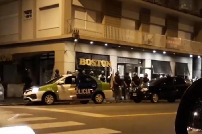De madrugada y con decenas de policías, desalojaron la Boston