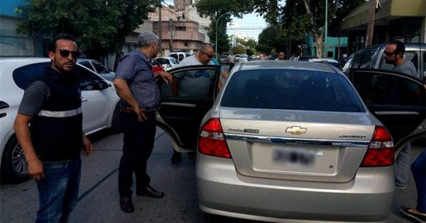 """Uber: continúa la """"cacería"""" y se incrementan los cruces políticos"""