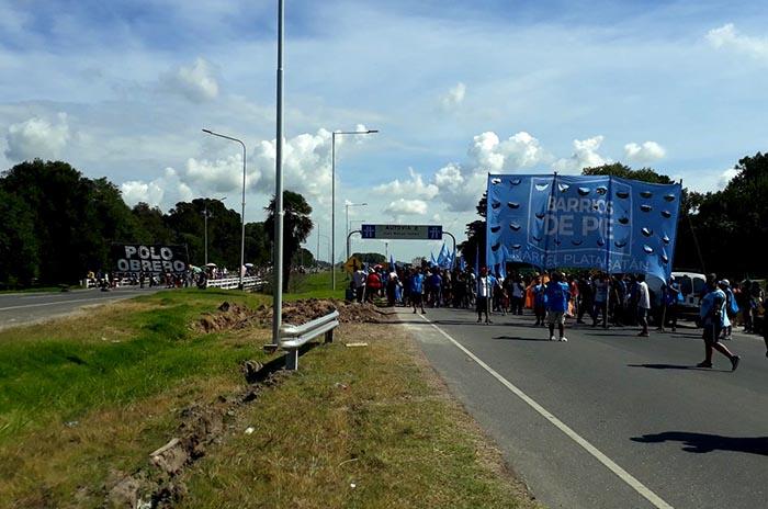 """Cortes en las rutas 2 y 88 contra el """"plan de ajuste"""""""