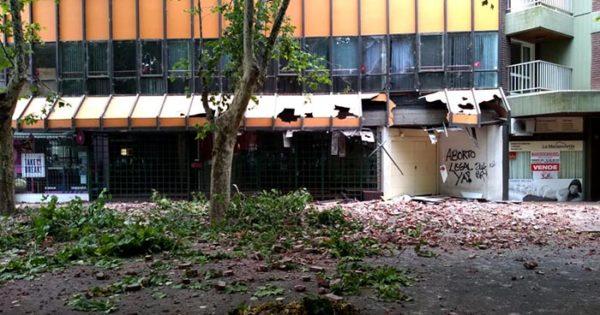 Se derrumbó parte de la fachada de un edificio en el centro