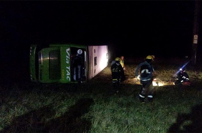 Siniestro fatal en la Ruta 88: volcó un micro y murió una mujer