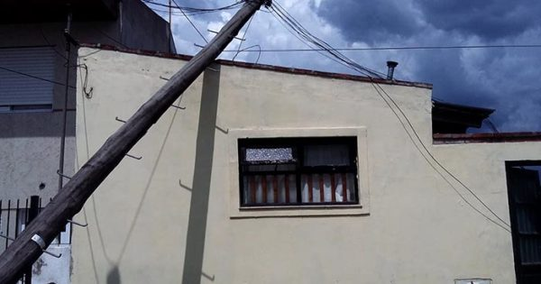 Reclamó ocho veces y no lo escucharon: un poste terminó en su techo