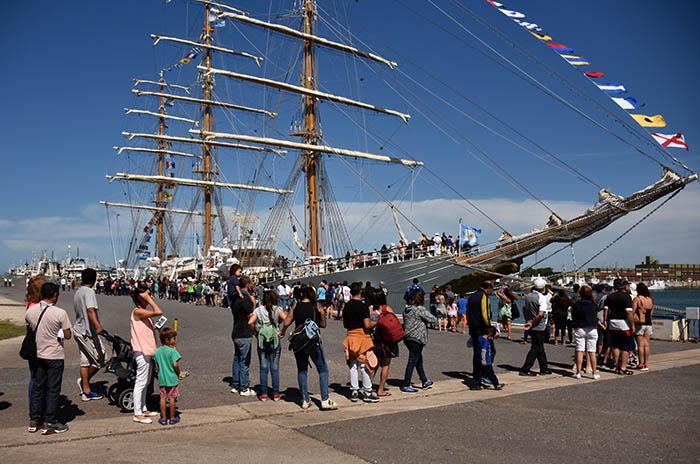 Furor por la Fragata Libertad en la Base Naval