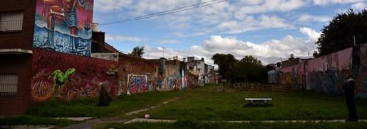"Vía Orgánica: tras ""DeInstinto"", los muros gritan verdades ocultas"