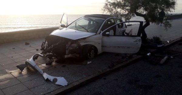 Dejó abandonado el auto tras un violento choque en la costa