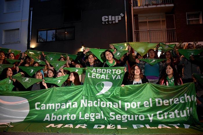 "Pañuelazo en repudio a ""Clip"" por echar a una joven con pañuelo verde"