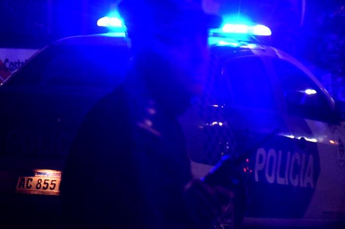 Robó un auto, escapó de la policía y chocó con un taxi: fue detenido