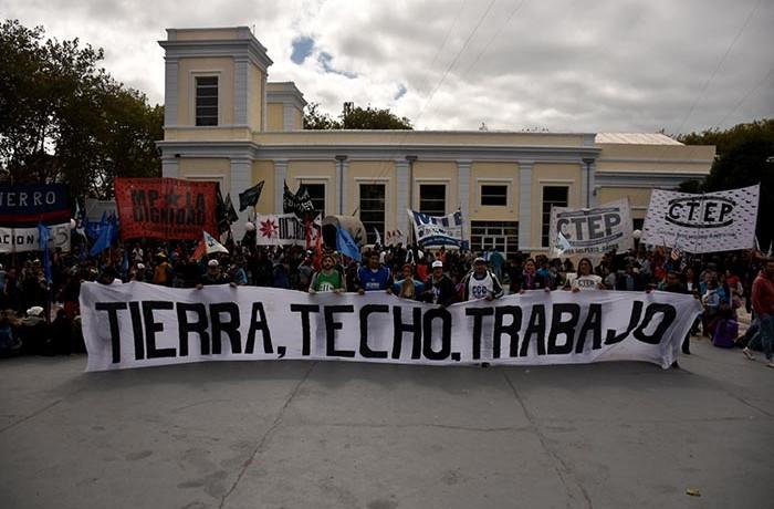 PROTESTA ORGANIZACIONES SOCIALES GUEMES PLAZA DEL AGUA 02