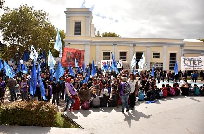 PROTESTA ORGANIZACIONES SOCIALES GUEMES PLAZA DEL AGUA 03