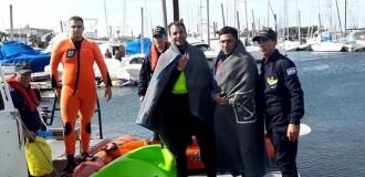 Rescatan a dos kayakistas en el mar a la altura de Punta Mogotes