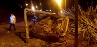 Conductor herido luego de volcar e impactar contra un poste