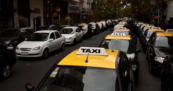 Taxistas y remiseros se movilizaron a Tribunales contra Uber