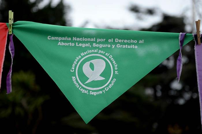 Golpearon a una mujer en un colectivo por usar un barbijo en apoyo al aborto legal
