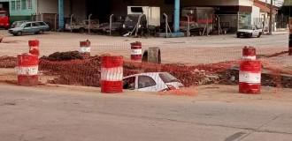 Un auto cayó a un pozo en Edison y Vértiz