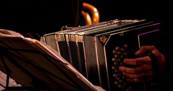 Le robaron el bandoneón a un integrante de la orquesta Rayuela