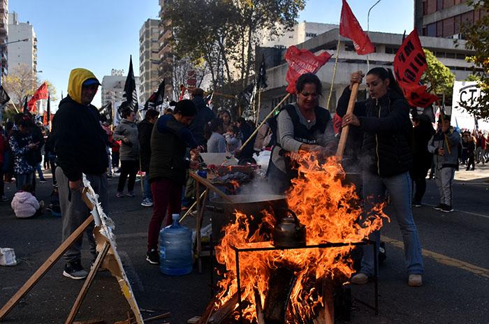 """Ollas populares y marcha contra """"el ajuste, el desempleo y la pobreza"""""""