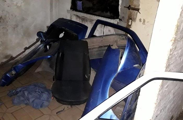 Policial desarmadero de auto