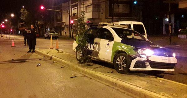 Patrullero chocó un auto, cruzó un cantero y embistió una camioneta
