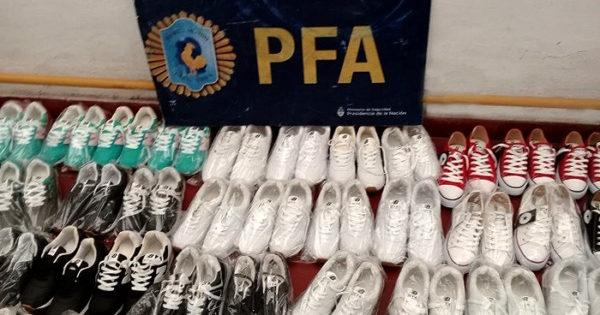 Dos detenidos por vender calzado y mochilas de marcas apócrifas