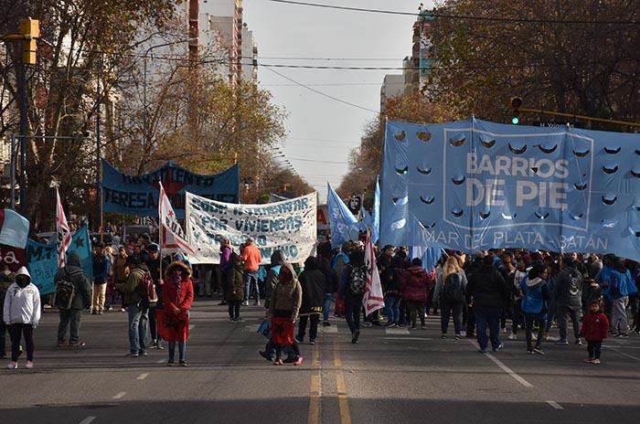 Numerosa marcha y protesta por trabajo y programas de empleo