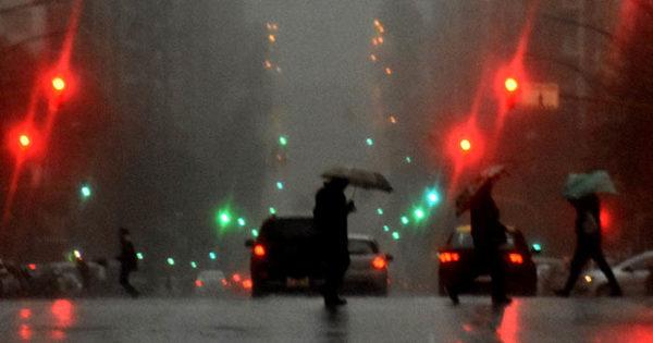 Diluvio en Mar del Plata y oscuridad en plena tarde: cómo sigue el tiempo