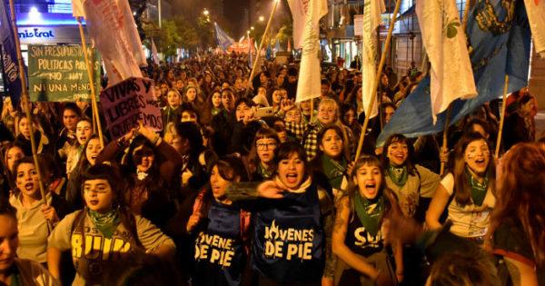 Masiva marcha #NiUnaMenos por el centro contra la violencia machista