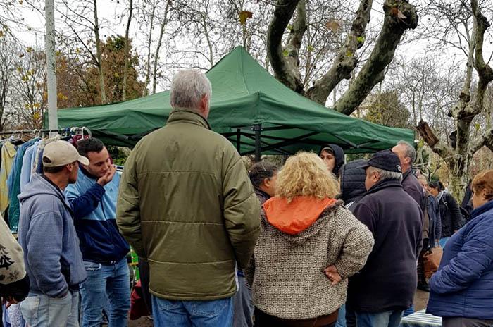 Plaza Rocha: lluvia, un feriante con un gazebo y más reclamos