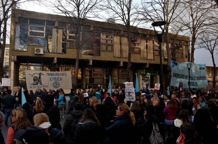 Protesta y retención de tareas de los docentes municipales