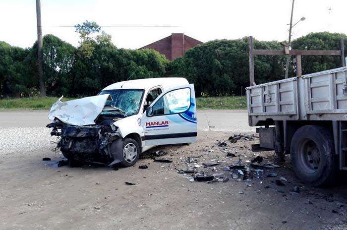 Fuerte choque entre un camión y una camioneta: un herido