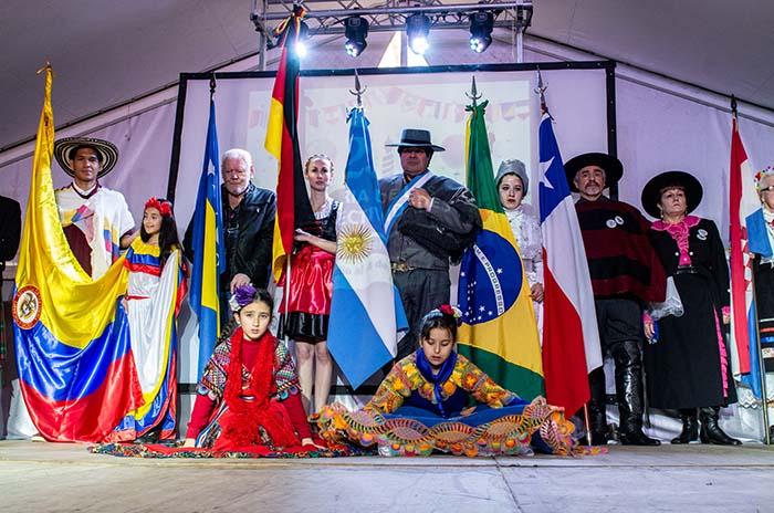 En el inicio de las vacaciones, se inauguró la Feria de las Colectividades