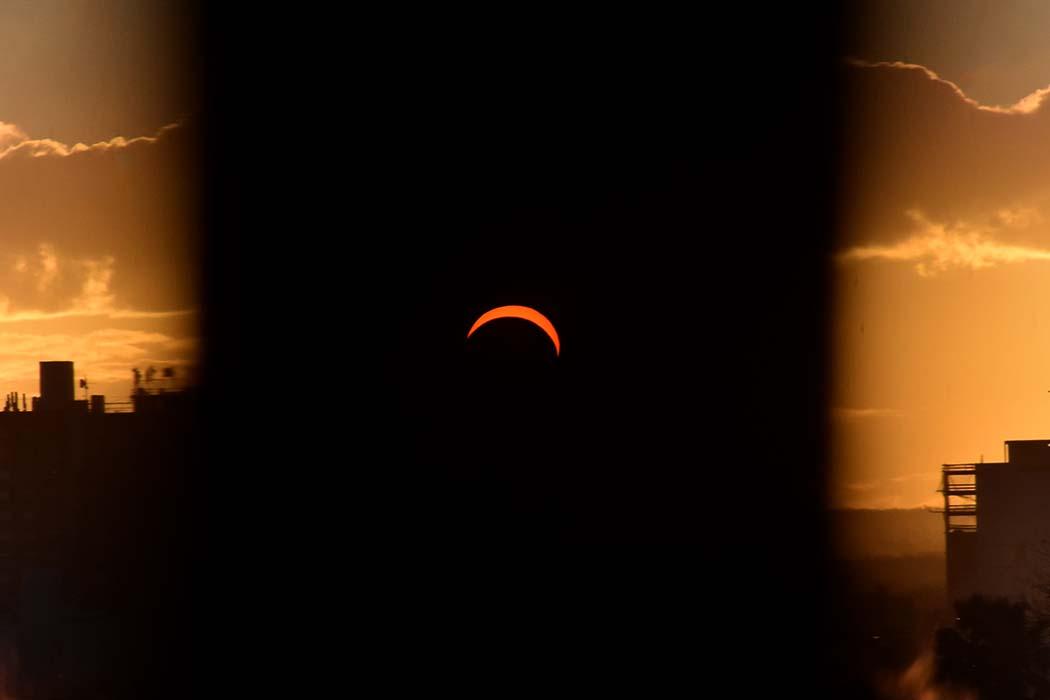 Cientos de personas contemplaron el eclipse solar en Mar del Plata
