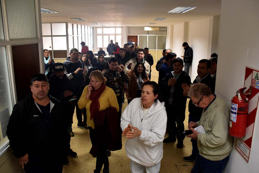 """Trabajadores del Puerto: """"No nos queda otra que seguir esperando"""""""