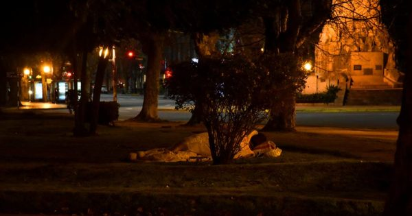 Cajeros, plazas, paradas: refugios en soledad para dormir en la calle