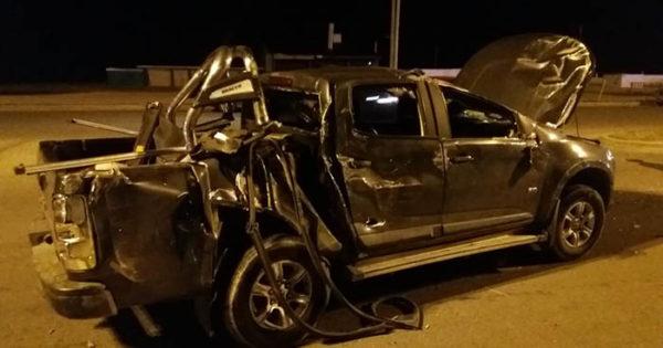 Una camioneta volcó tras chocar con un colectivo en la costa