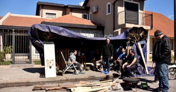 Puerto: los dejaron en la calle y acampan frente a la casa de su empleador