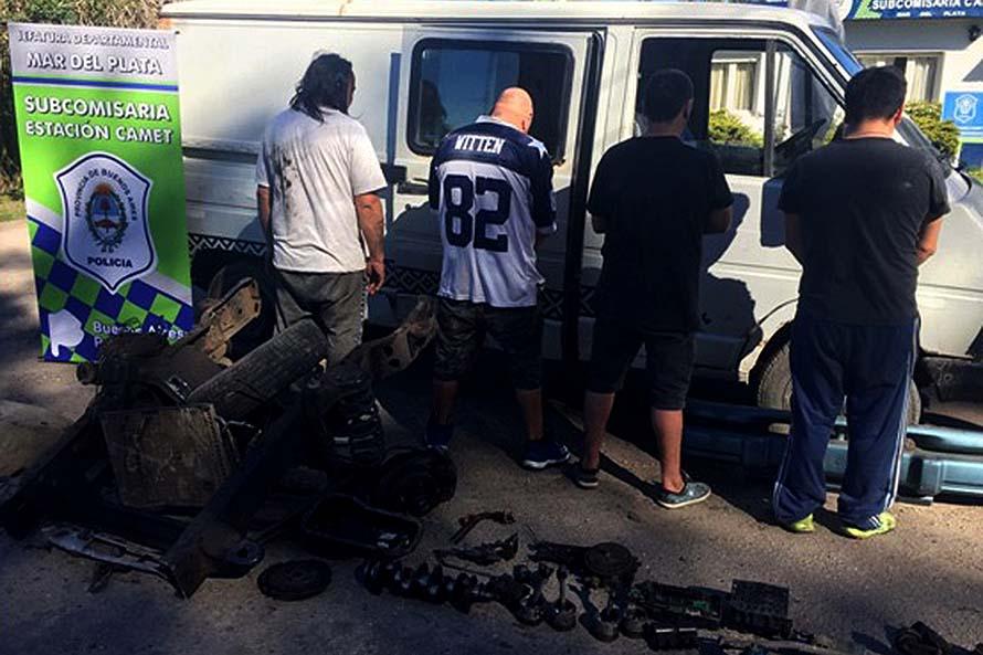 Llevaban autopartes y un chasis en una camioneta: detenidos