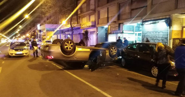 Un conductor borracho protagonizó un vuelco en plena avenida Colón