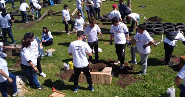 Equipan Plaza Italia con juegos realizados con materiales recuperados