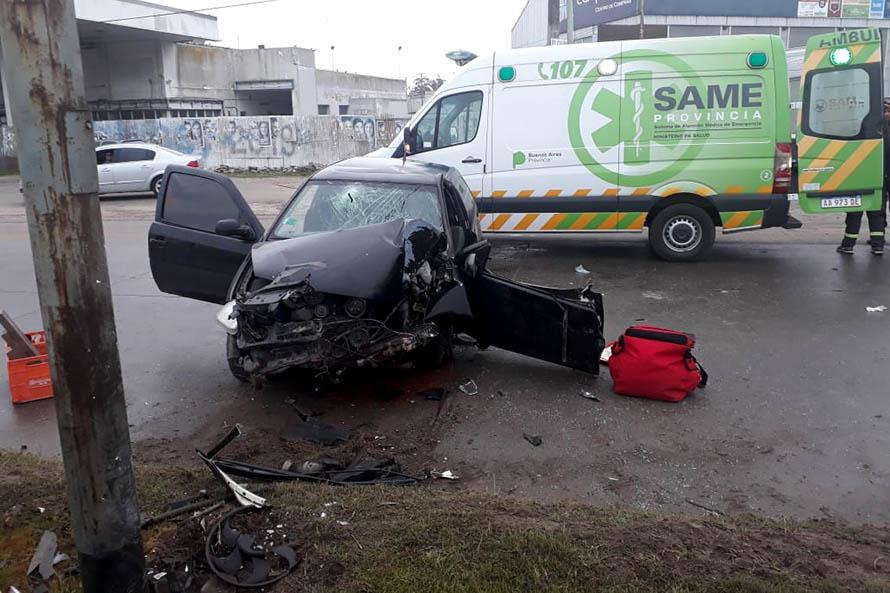 Un auto se estrelló contra una columna: tres jóvenes heridos