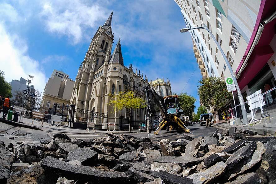 Abrieron todos los cruces de la Peatonal y ahora reparan calles del centro