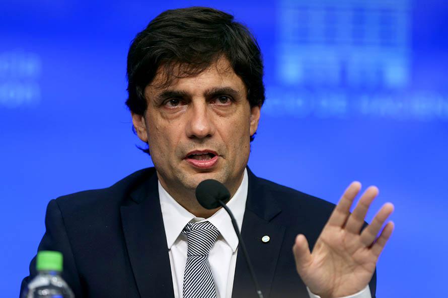 """Lacunza en el Coloquio de IDEA: """"El programa del FMI está vigente"""""""